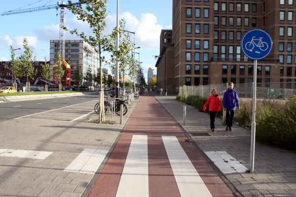 Вдоль велодорожки целый район оборудован велопарковками