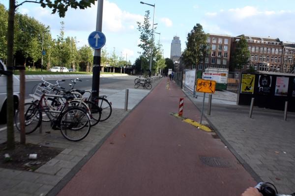 Редкие совмещения велосипедной и пешеходной зон оборудованы разделителями
