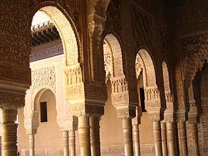 300px-Arcos_y_columnas_en_la_Alhambra