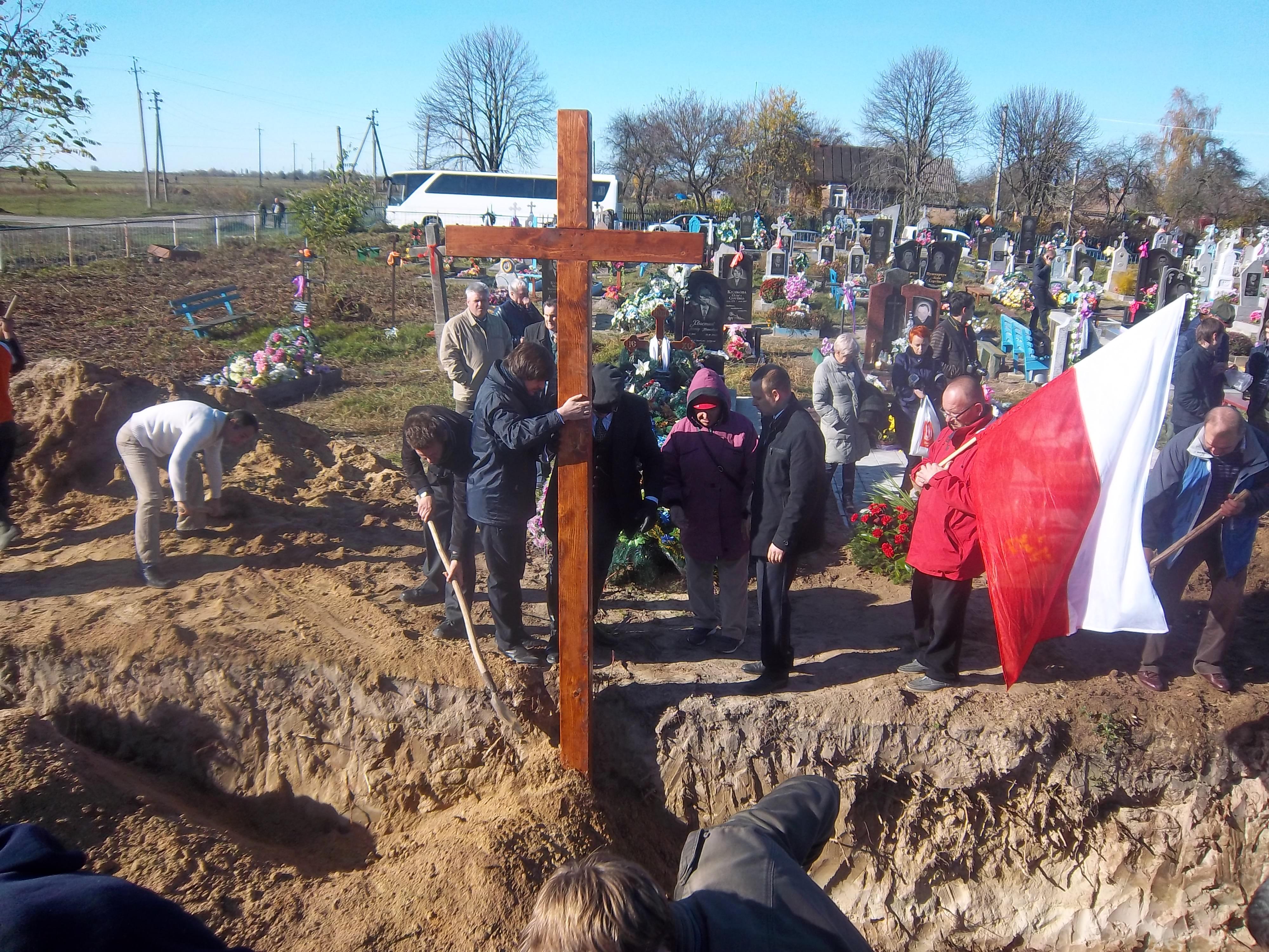 Установка креста над братской могилой