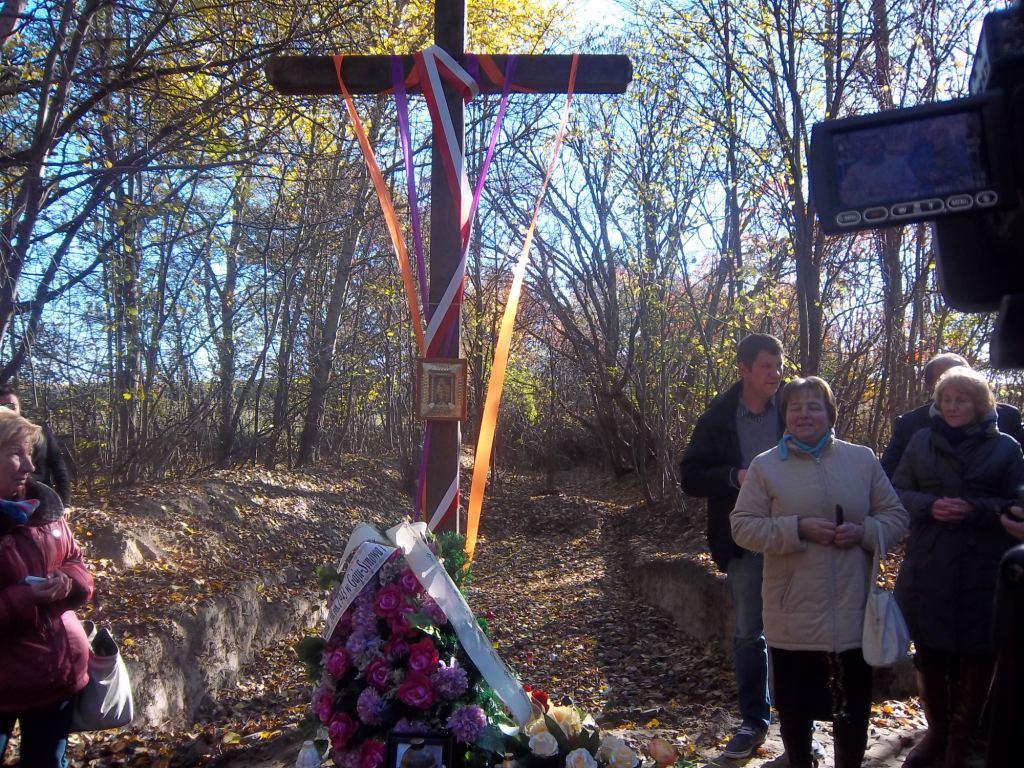 За крестом расположено место эксгумации