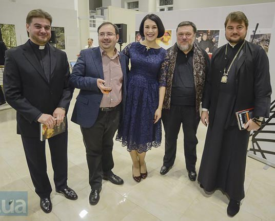Скнарь и Драбынко с духовными чадами (один справа, другой слева)