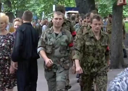 На похороны прибывают отряды «унсовцев» (центре кадра покойный уже Сашко Билый)