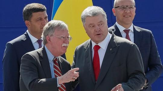 Болтон на трибуне для первых лиц государства Украина