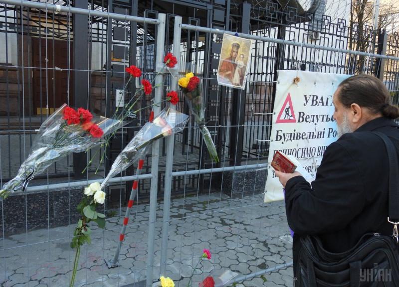 Верные канонической Церкви в тот день сочувственно молились у посольства РФ