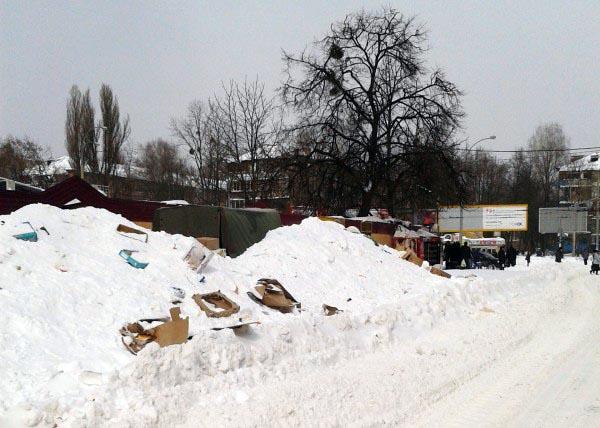 У Соломенского рынка Киева. Фото автора