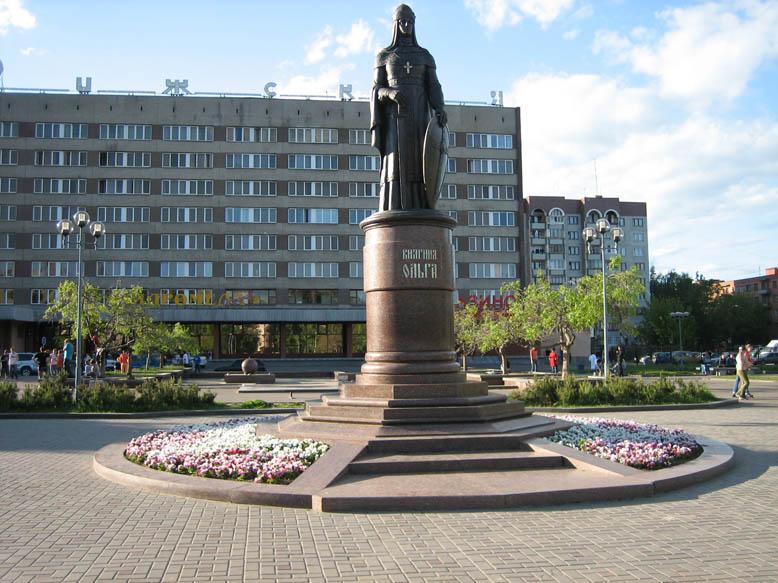 Pamyatnik_Olge_v_Pskove.jpg