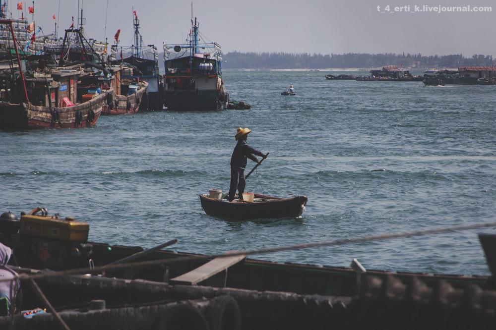 13. Суденышко выглядит и управляется, почти как круглые вьетнамские лодки.
