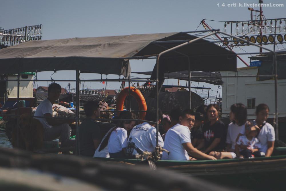 27. Как я и предполагала, мы не единственные праздно шатающиеся. Лодки с туристами снуют туда-сюда. На этом фото можно разглядеть и четвероногого путешественника.