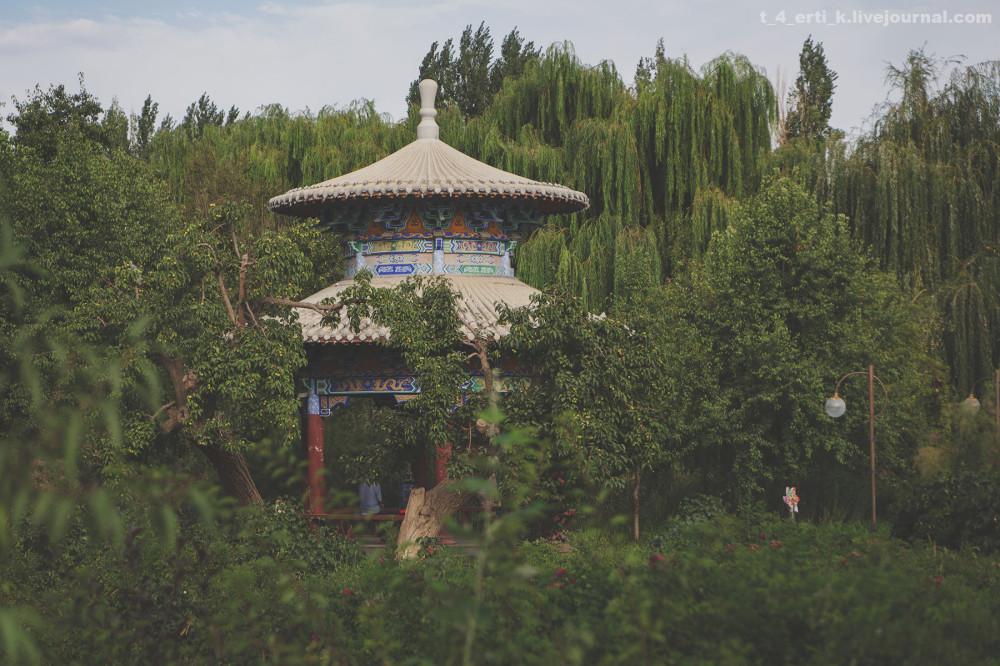 15. Обожаю это свойство китайских парков — малюсенький парк в заурядном спальном районе, но устроен так, что в нем интересно затеряться на часок-другой.