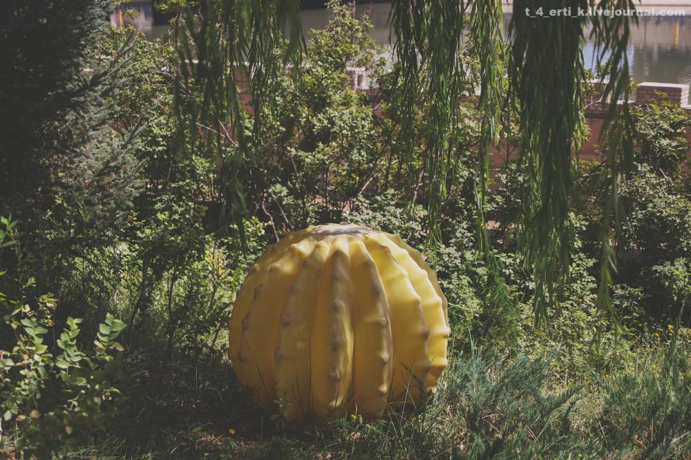 36.  Большой китайский парадокс: как, ну как в этих людях уживается умение создавать утонченные сады и желание посреди этой утонченности внезапно влепить, например, пластиковый кактус? И это еще не худший вариант.
