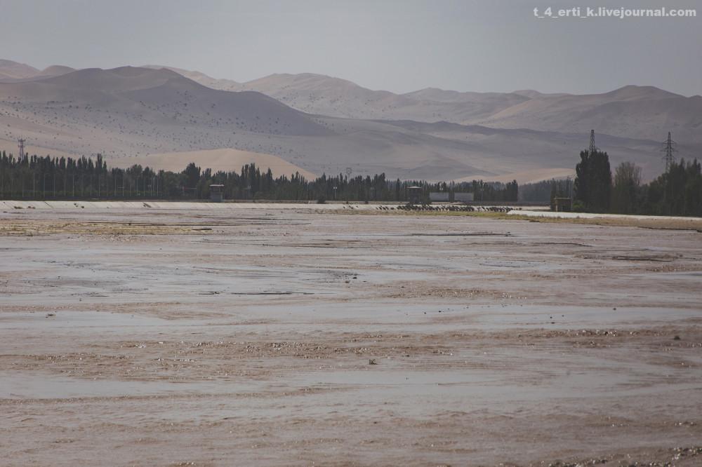 42. На самом деле река вот такая — широкая, мелкая и грязевая. Тихая заводь — дело рук человека.