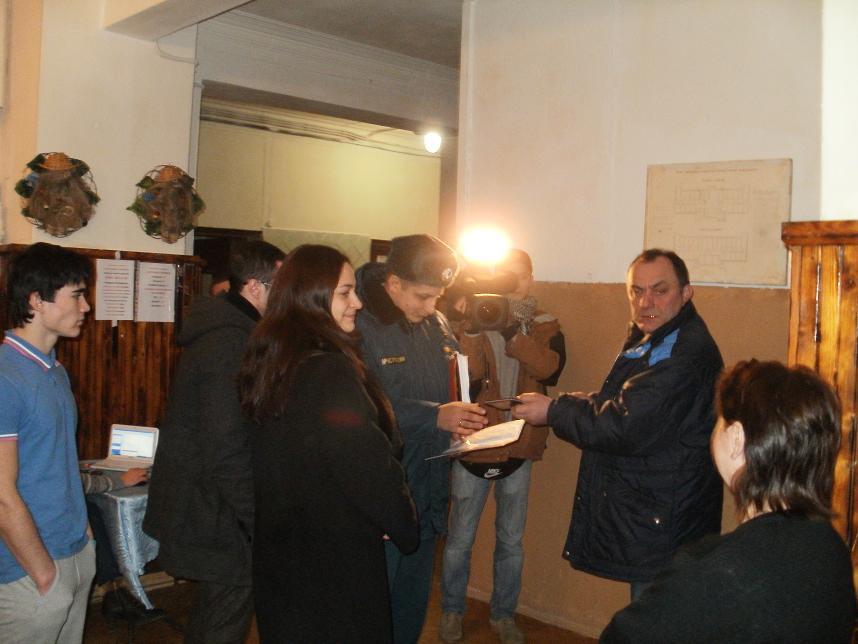 Комиссия. В центре представитель Милар