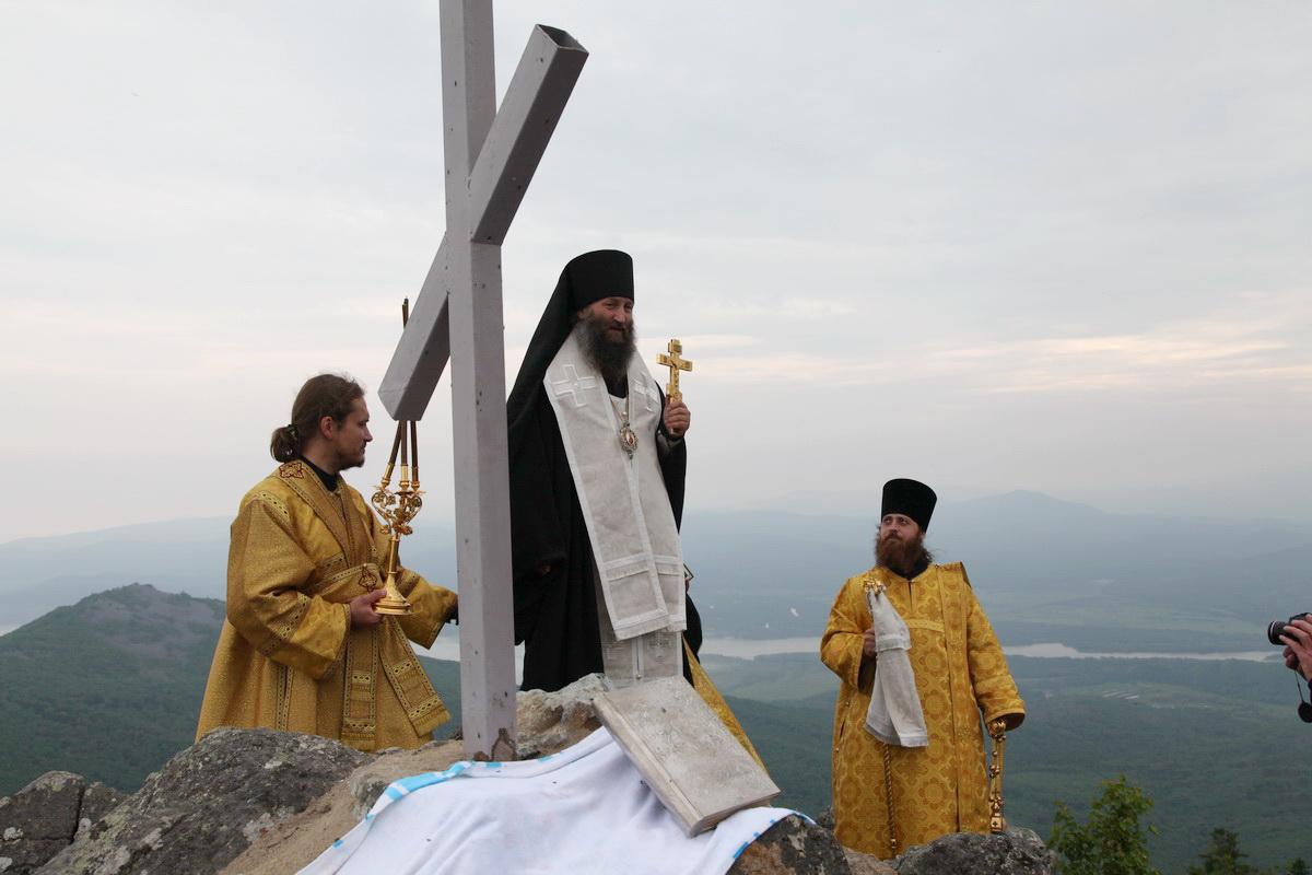 Освящение Поклонного Креста в бухте Ольга, июль 2012 г