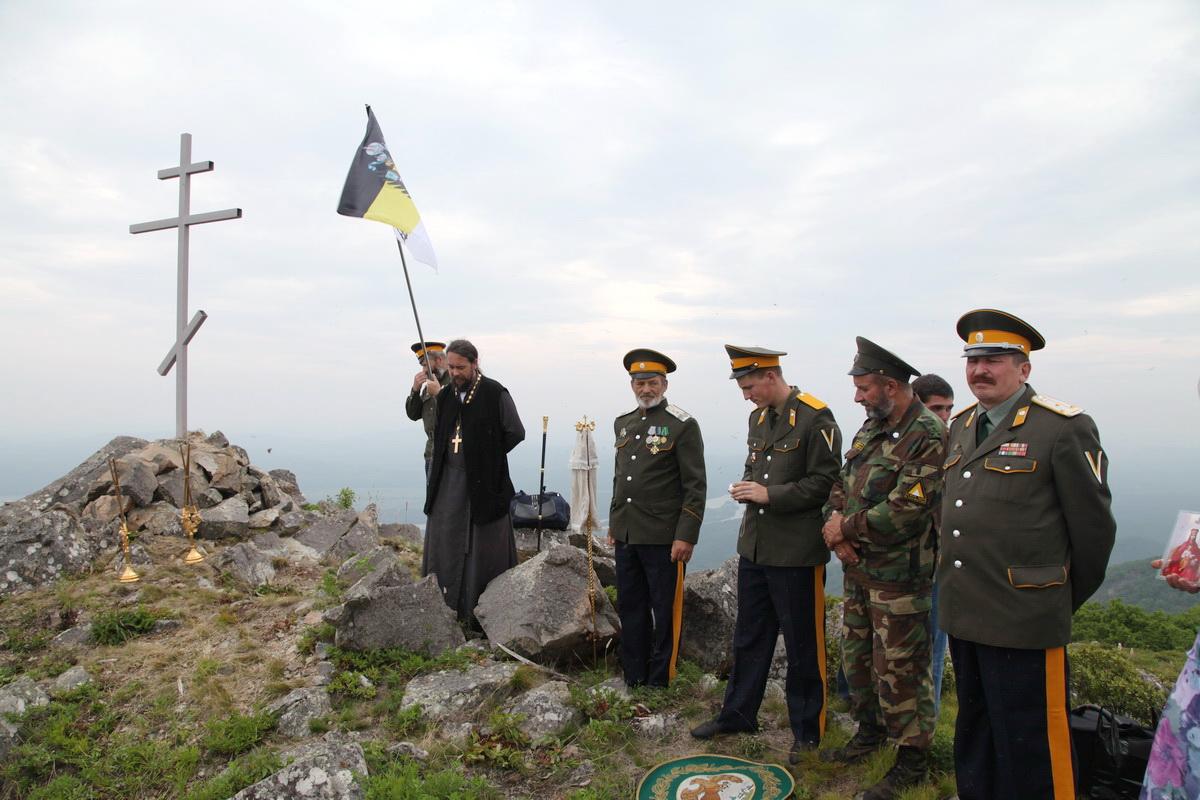 Участники установки Поклонного Креста в бухте Ольга, 2012 г