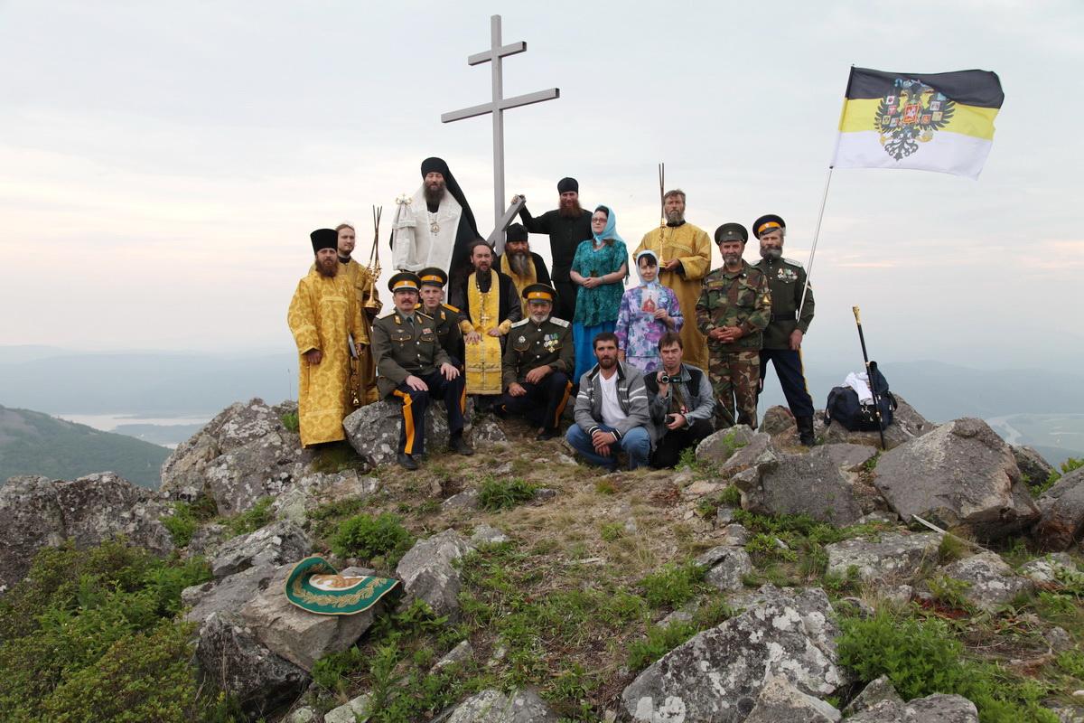 Участники установки Поклонного Креста в бухте Ольга, 2012 г-1