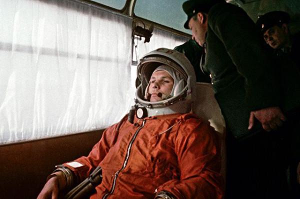Космонавт Юрий Гагарин направляется в автобусе на космодром Байконур 12 апреля 1961 года.jpg