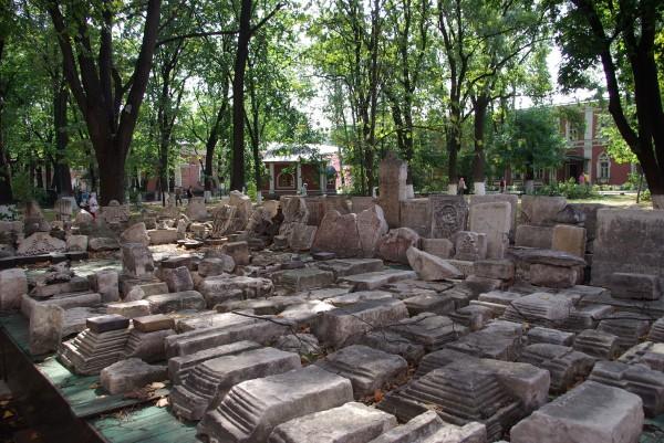 Старинные надгробия, свезённые со всей Москвы в Донской монастырь.JPG