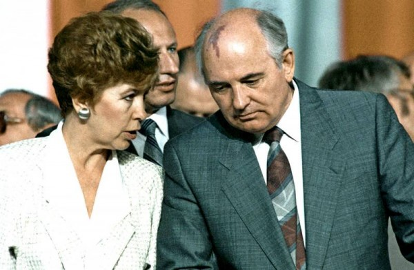 1607755107_rian_archive_28133_gorbachev_with_spouse_in_poland.jpg