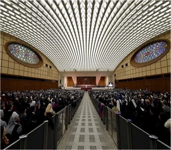 в Ватиканском Зале Павла VI.PNG