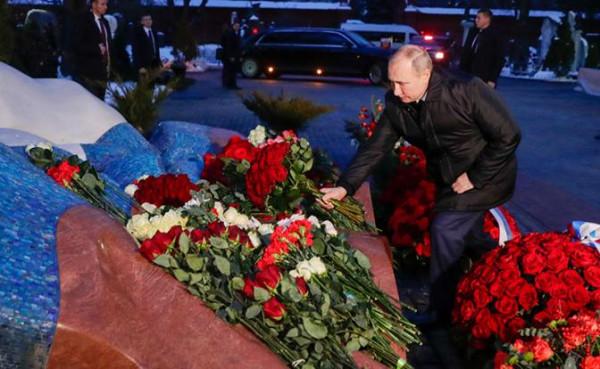 у могилы Ельцина 1 02.2021.jpg