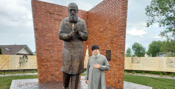 Памятник в Переславле_Залесском отец Беловолов.jpg