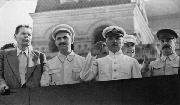 Горький, Каганович (второй слева), Ворошилов, Сталин на трибуне Мавзолея, 1931 г..jpg