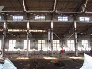 Знімки через вибиту шибу: пусті цехи підприємства ЛАЗ
