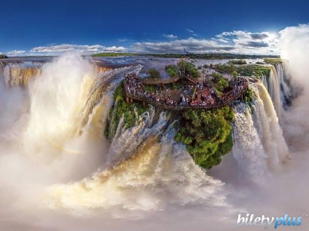 Водопад Игуасу,расположенный на границе Бразилии и Аргентины