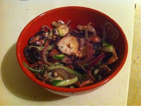 салаты, салат, вкусные салаты, быстрые салаты, осьминог, лук, огурец, морепродукты
