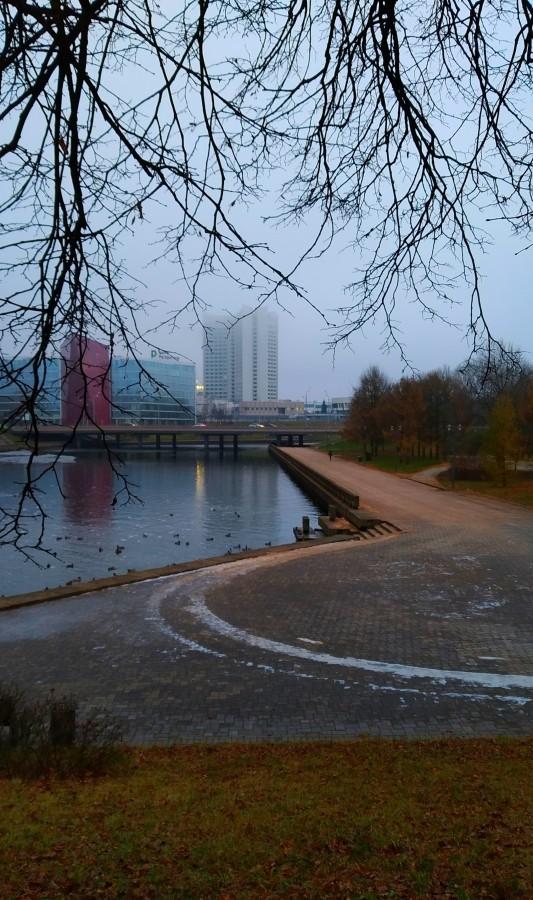 А в те дни, когда подтаивало, парк украшали дорожки, присыпанные какой-то дорожной смесью терракотового цвета.