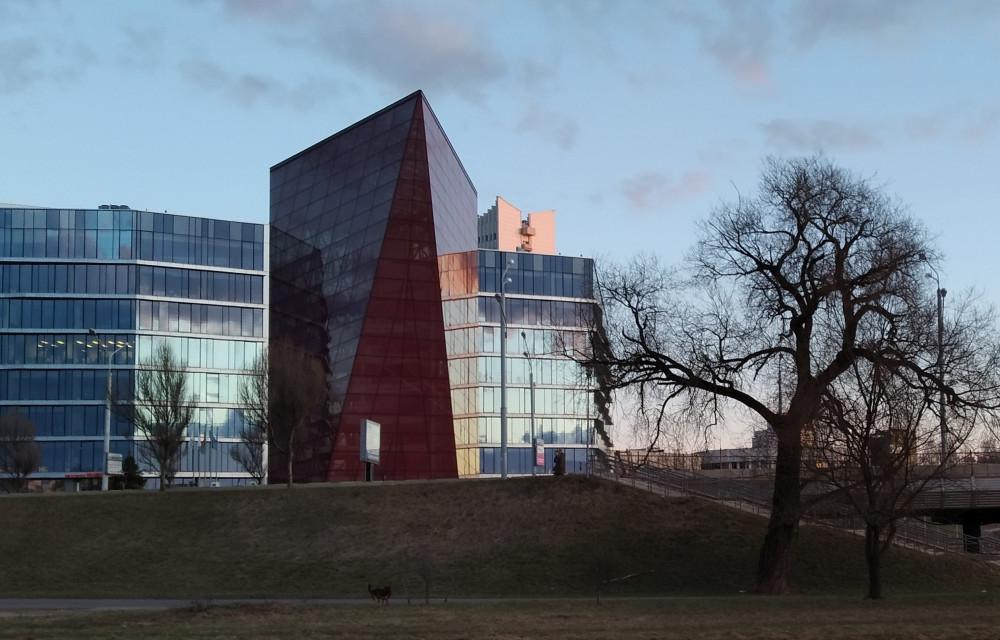 Остекление в этом здании энергосберегающее.