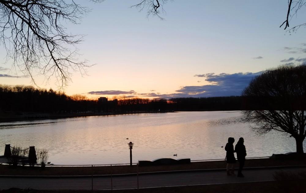 Долго сидела на скамеечке, любовалась закатом. И вдруг заметила, что уже совсем темно и вокруг никого!