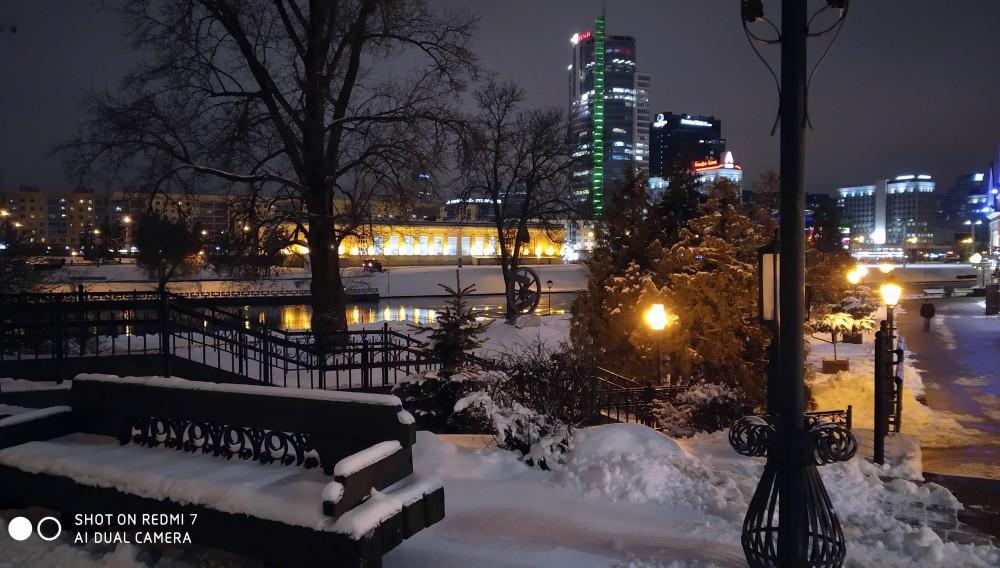 Малыми архитектурными формами обустроено не только Троицкое, но и все прилегающее пространство левого берега Свислочи. На противоположной стороне — проспект Победителей. Троицкое сегодня по праву считается одним из красивейших уголков Минска.