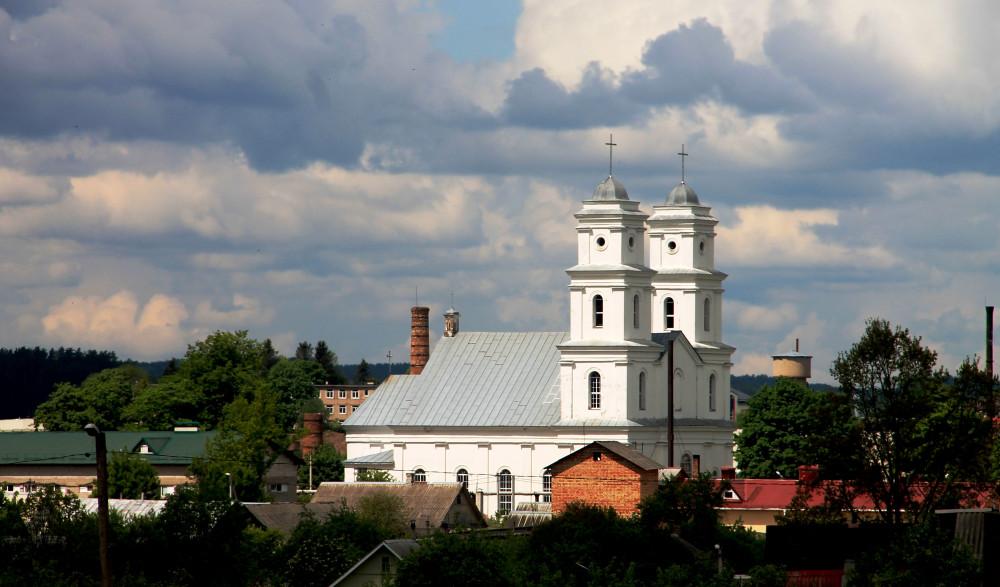 Костел Пресвятой Троицы со стороны въезда из Минска, с улицы Советской