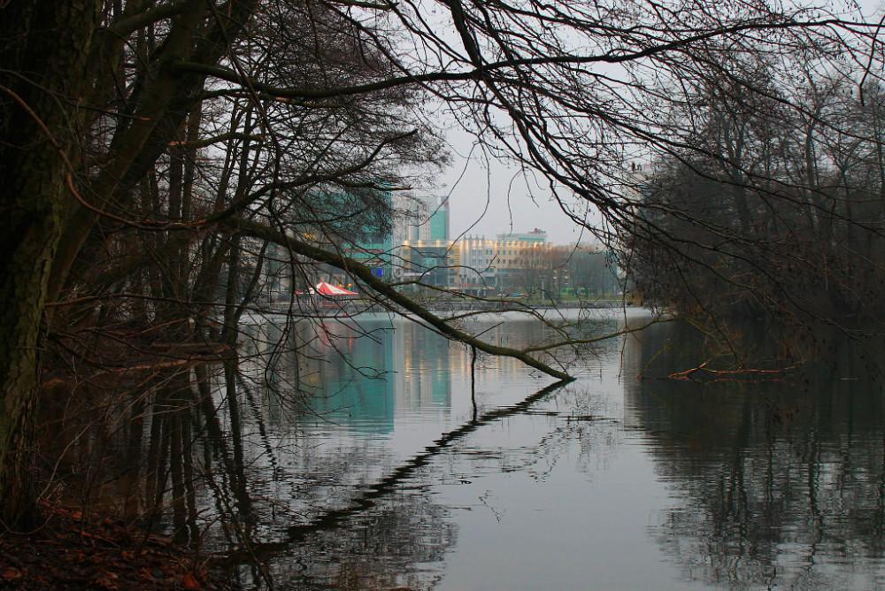 Вокруг озера живет и движется большой красивый город. На заднем плане пр. Победителей.