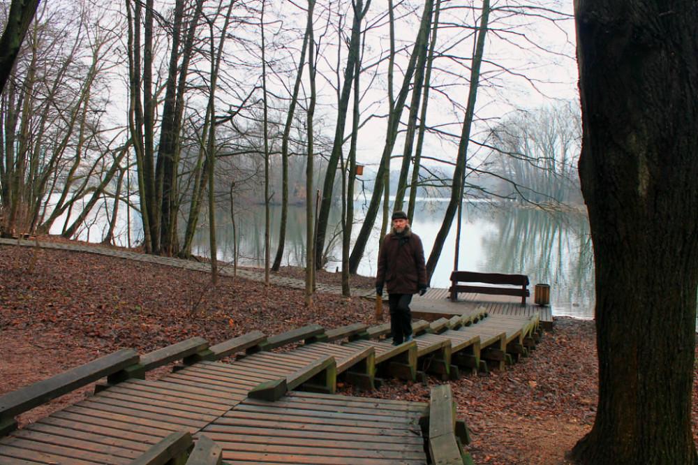 Дорожки вымощены деревянными кругляшами, а площадки и лестницы - сосновыми досками. Гулять комфортно. Сейчас уже 2021 год, но деревянное благоустройство в порядке. Следят!