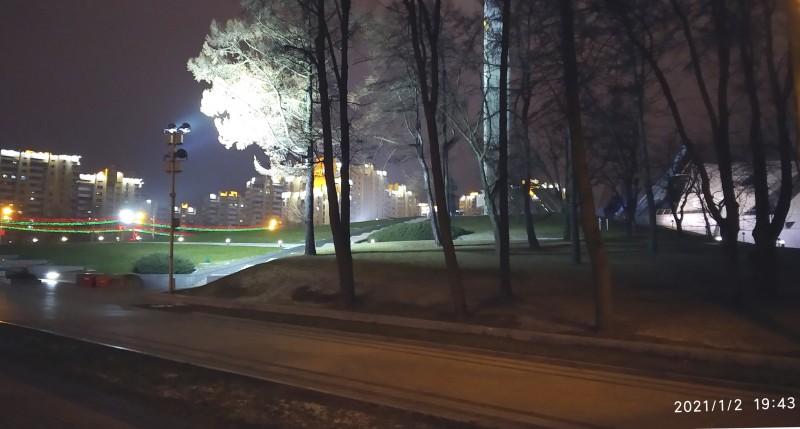 Второе января. На дисплее 19.43, но еще по-зимнему темно, хотя дни уже начали прибавлять. Площадь, где торжественно светится Стела, посвященная нашей Победе в Великой Отечественной войне. Слева - проспект Победителей, его протяженность по спидометру более 10км. Справа от стелы - Музей ВОВ. Тихо, торжественно, в природе тепло - на Новый Год совсем не похоже...