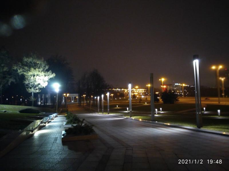 Парк Победы - главная парковая аллея. Этот маршрут и привел меня сюда. Один из лучших парков Минска площадью около 200 га, включая немалую площадь водного зеркала Комсомольского озера. Прекрасное освещение, поэтому здесь уютно гулять и в поздний час - сегодня здесь - никого...