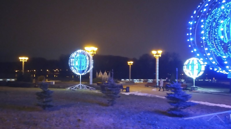 Полтора-два км по проспекту -- красиво обустроенная набережная Комсомольского озера, знакомые новогодние украшения прошлых лет - по-домашнему экономно. Тоже пустынно - Ковид, вот только кто-то позволил себе прогуливать здесь собачку: вообще-то в Минске с этим порядок - каждому свое место.