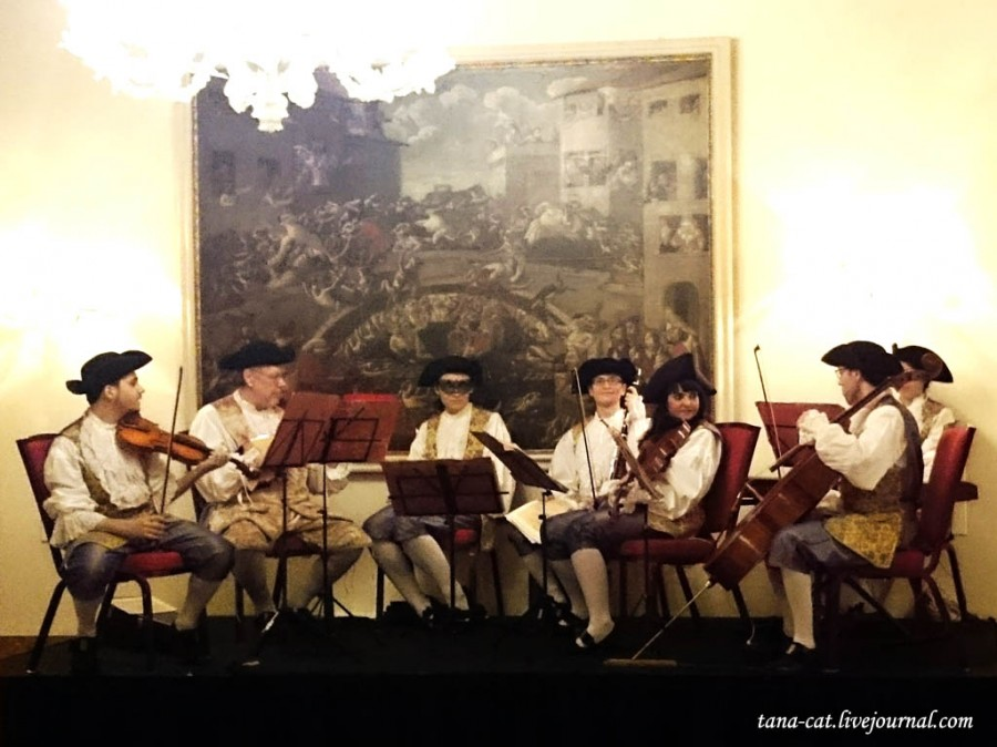 Струнный оркестр встречает гостей бала