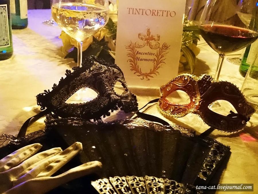 Маска, перчатки и веер - аксессуары венецианского карнавала