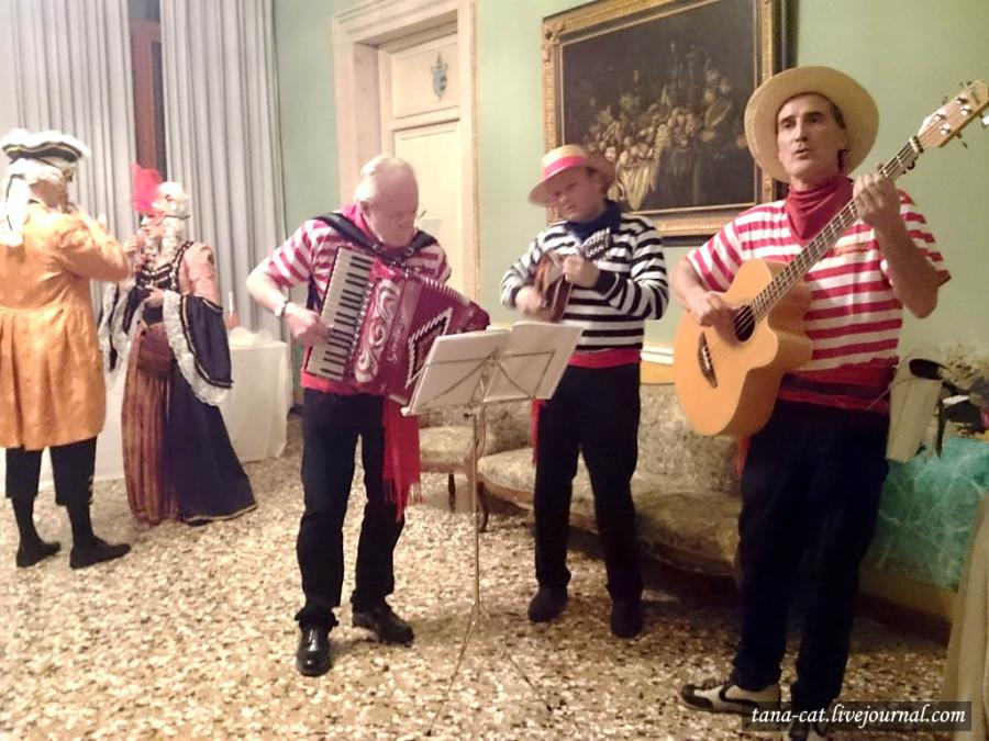 Гондольеры исполняют венецианские мелодии