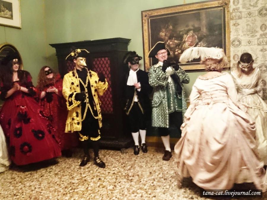 Хвастовство модными бальными платьями