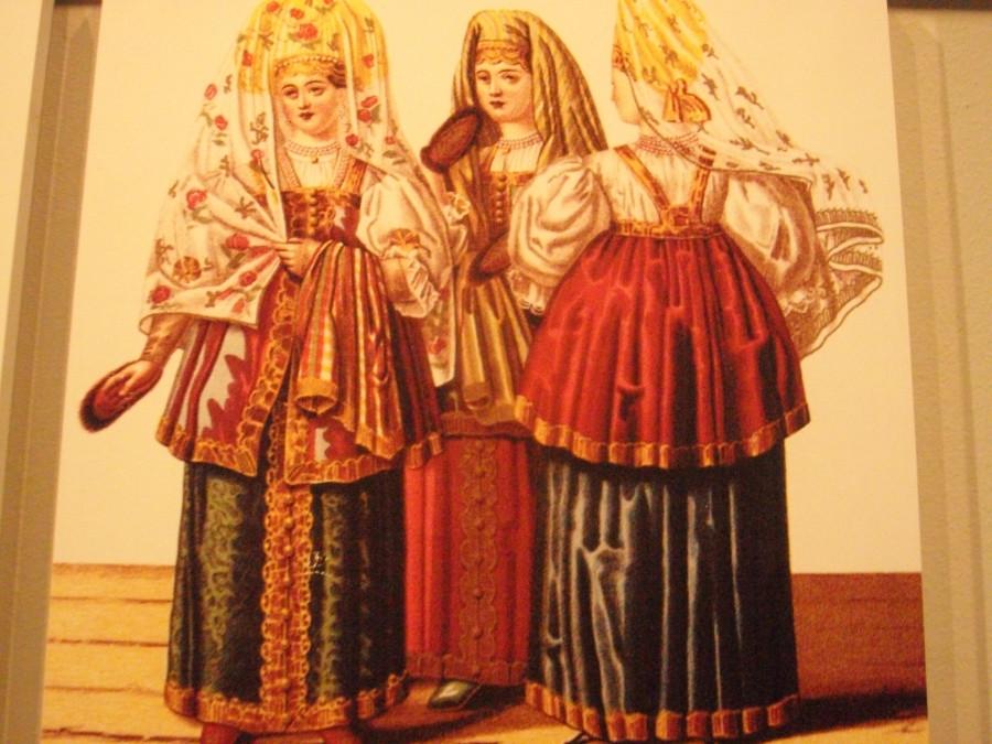 Замужняя зрелка примеряет наряды, подаренные мужем