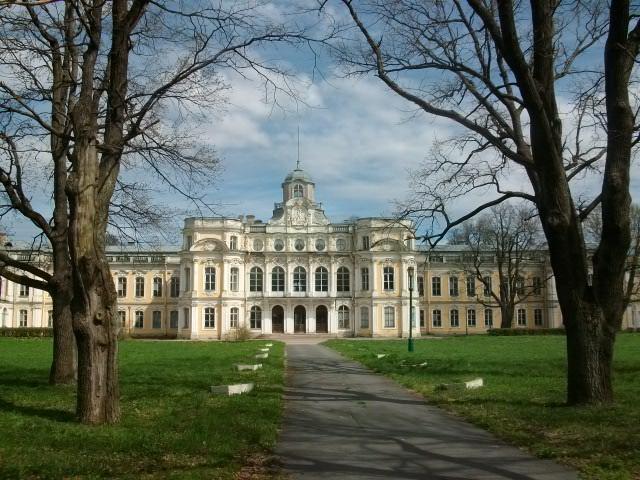 Заброшенный дворец и личная жизнь его хозяина...