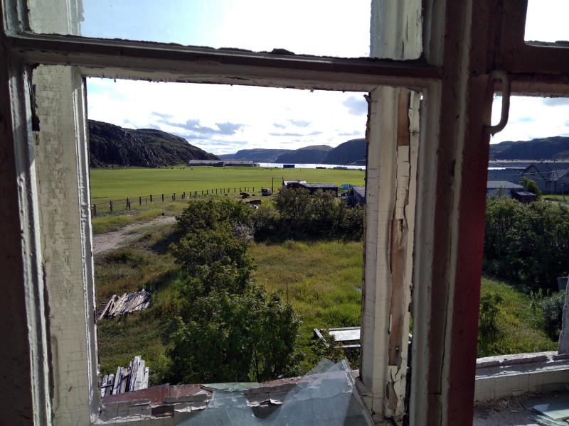 Вид из окна заброшенной школы в Териберке