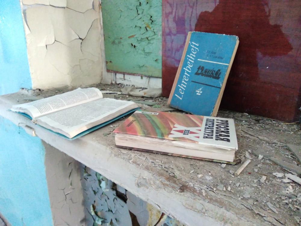 Учебники в заброшенной школе