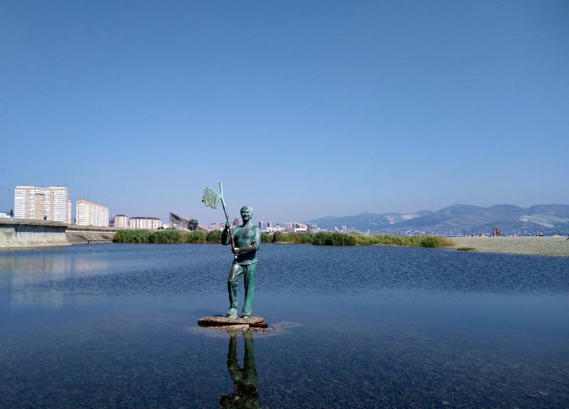 Памятник Геше Козодоеву на Суджукской косе в Новороссийске