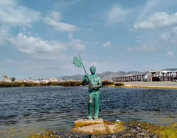 Памятник Геше Козодоеву на Суджукской косе